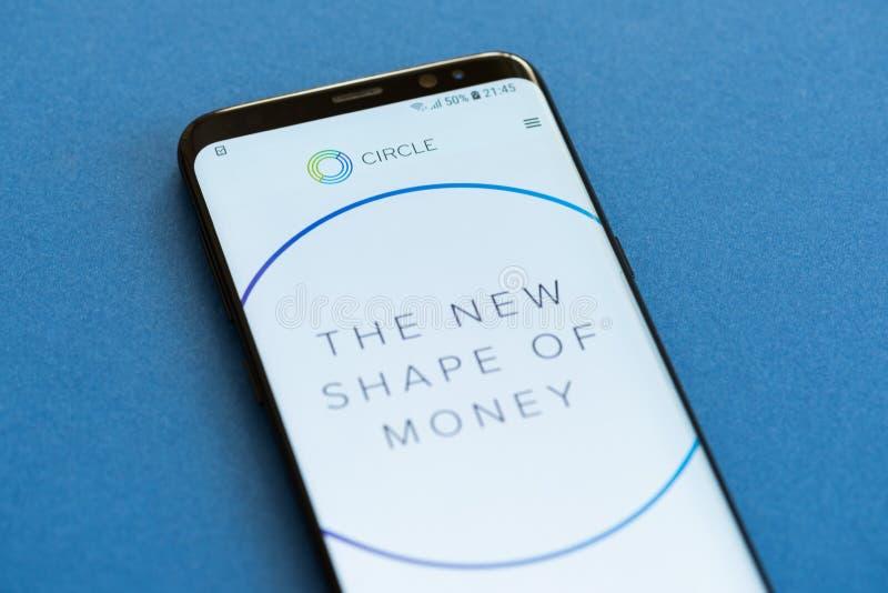 盘旋在smartphne屏幕上显示的薪水网站 免版税库存照片