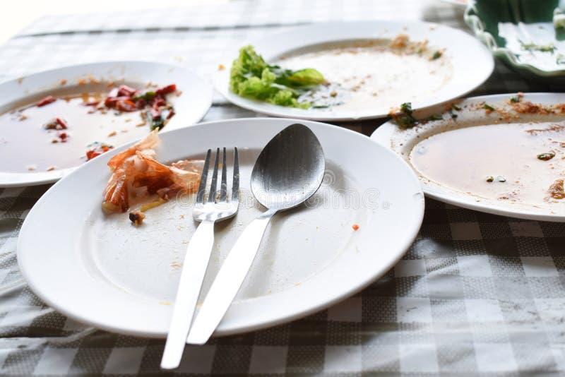 盘是肮脏的在桌上 库存照片