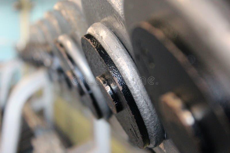 盘杠铃线路在机架的 免版税库存照片