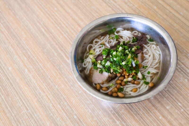 盘用乌龙面汤面用在小餐馆的猪肉 免版税库存图片