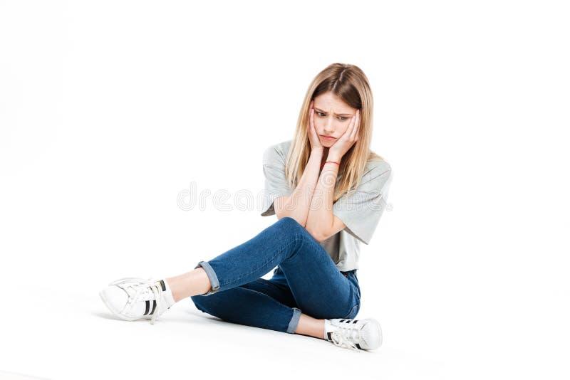 盘着腿坐生气的妇女 图库摄影