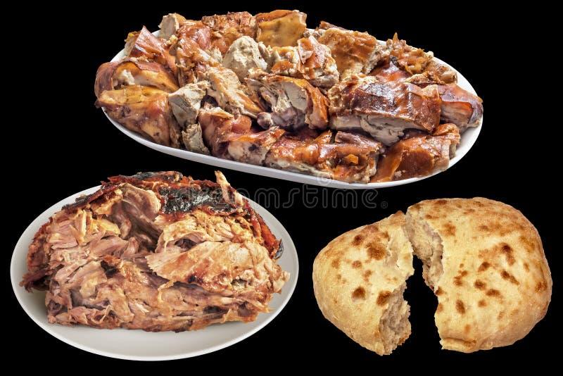 满盘食家唾液烤猪肉肉切片和水多的小猪火腿用在黑背景隔绝的皮塔面包被撕毁的大面包 免版税库存照片