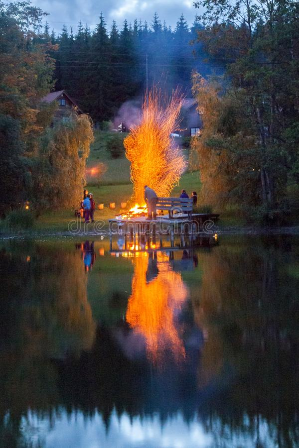 盛夏在湖岸的庆祝壁炉 免版税库存图片