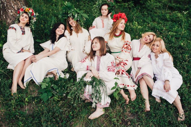 盛夏的年轻异教的斯拉夫的女孩品行仪式 库存图片