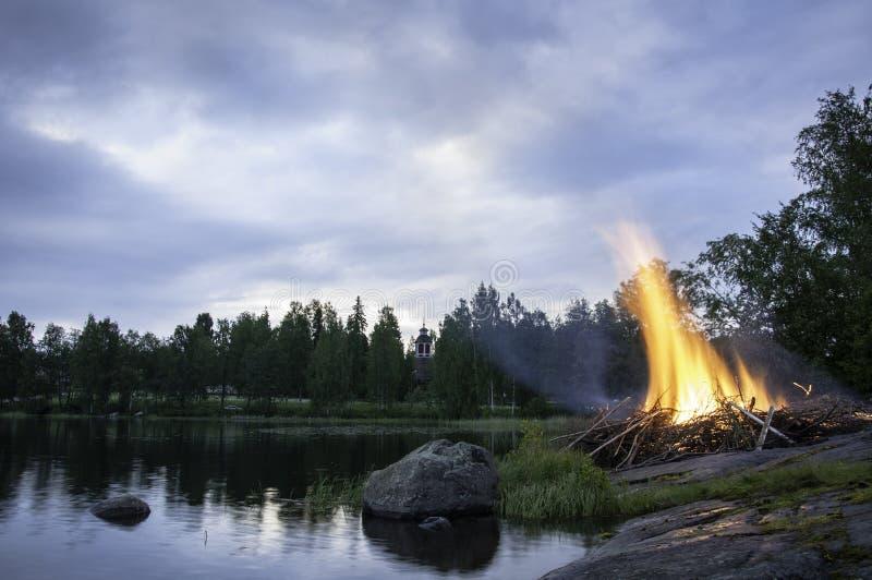 盛夏篝火在芬兰 免版税库存图片