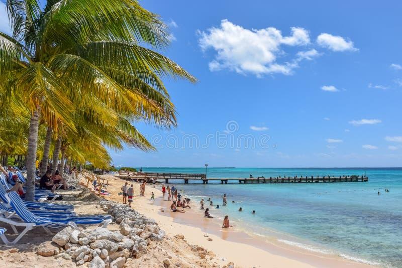 盛大土耳其人,特克斯和凯科斯群岛- 2014年4月03日:亦称巡航中心海滩紫外线的海滩 免版税库存图片
