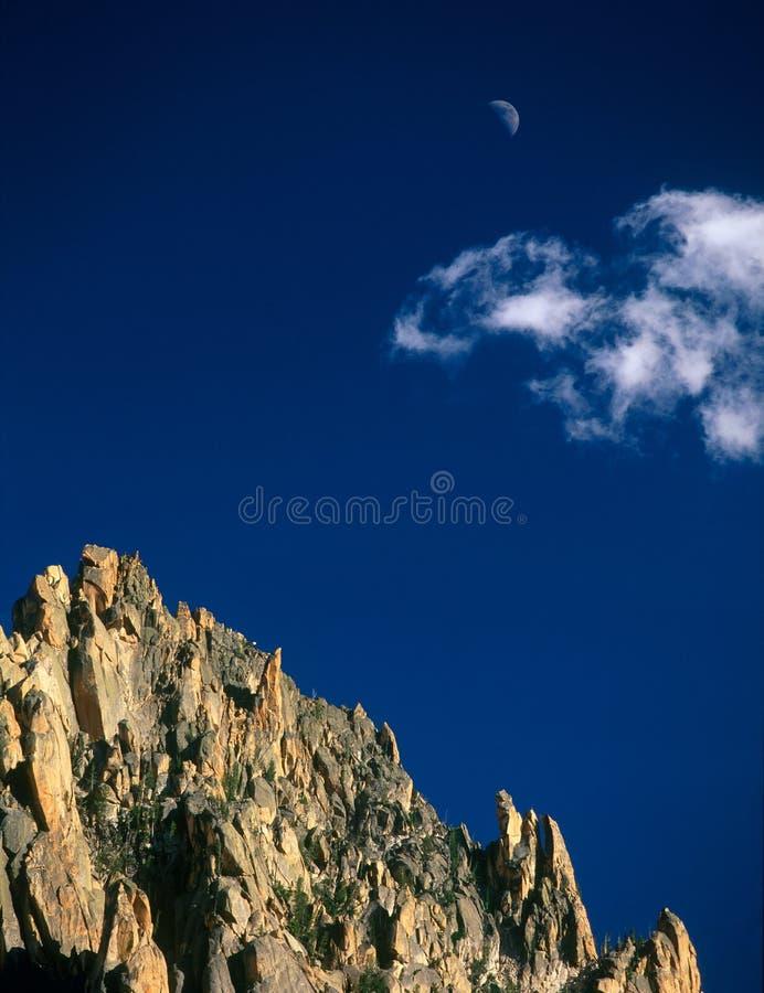 盛大大人物和上升的月亮,锯齿原野,锯齿全国度假区,爱达荷的山顶 免版税库存图片