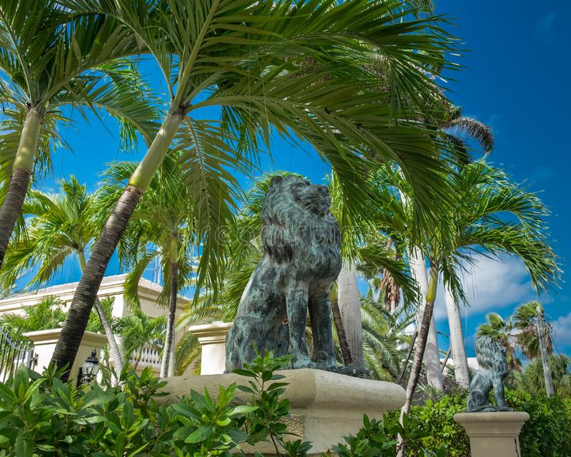 盛大大鳄鱼狮子雕象 免版税库存图片