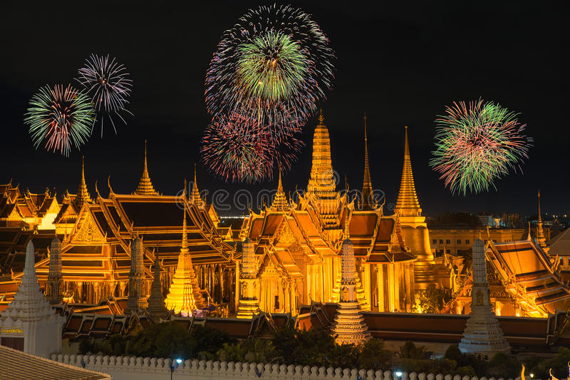 盛大宫殿和Wat phra keaw在与新年烟花的夜 免版税库存图片