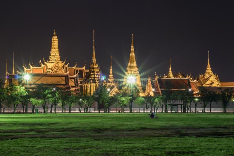 盛大宫殿的夜视图,鲜绿色菩萨寺庙 免版税图库摄影