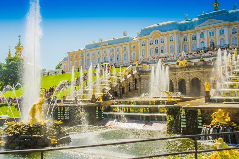 盛大小瀑布和海海峡在Peterhof宫殿 Peterhof,圣彼德堡,俄罗斯 库存图片