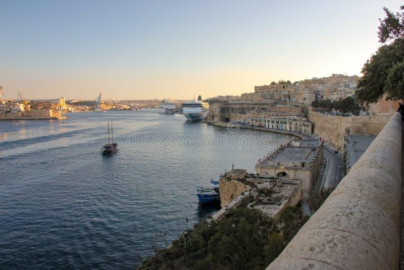 盛大港口看法在日落期间的瓦莱塔 三个城市和大巡航划线员 库存照片