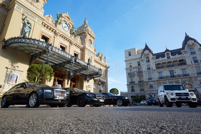 盛大赌博娱乐场大厦和豪华汽车在蒙地卡罗 免版税库存图片