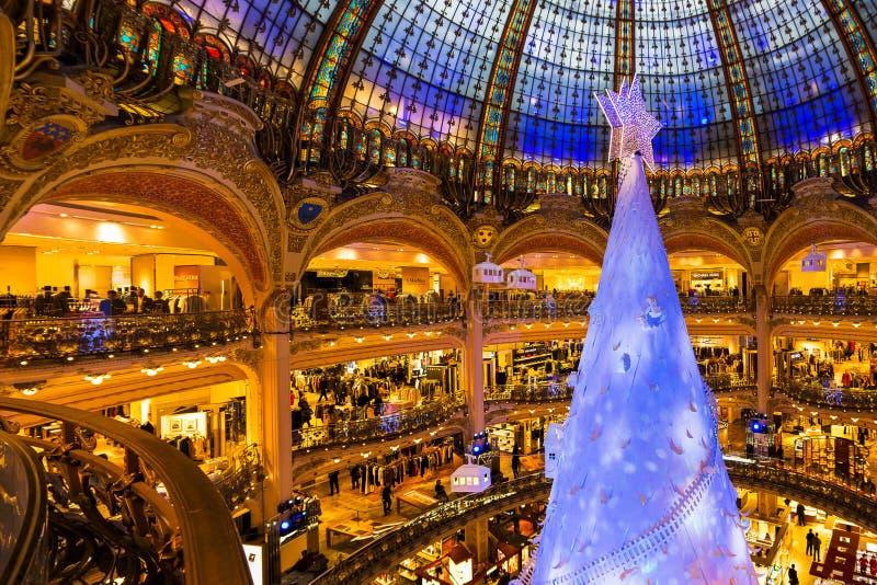 盛大马加辛des巴黎老佛爷百货公司在巴黎在圣诞节前的一个星期 免版税库存照片