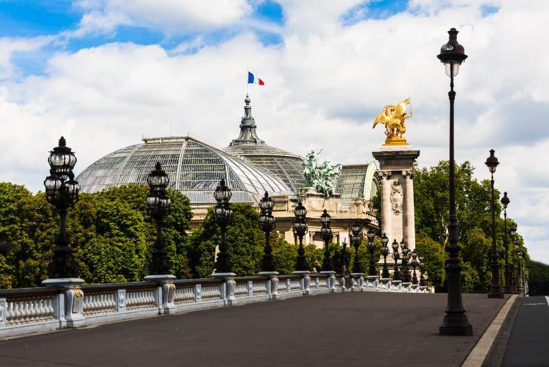 盛大Palais在有法国旗子的巴黎 库存图片