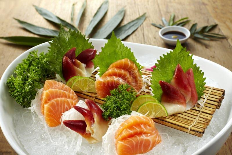 盛肉盘生鱼片 库存照片