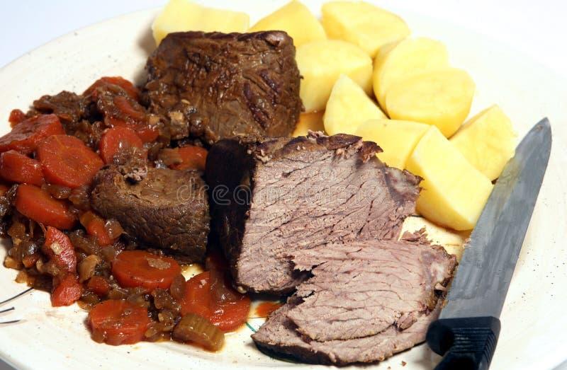 盛肉盘闷肉服务 库存图片
