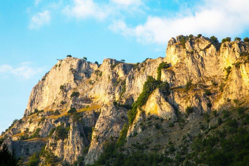 目光敏锐全景观点在罗多彼州山的峭壁 免版税图库摄影