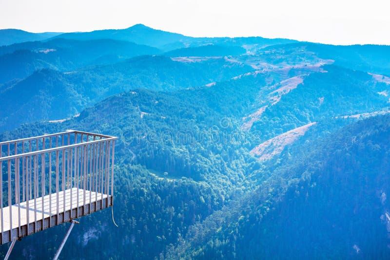 目光敏锐全景观点在罗多彼州山的峭壁 库存图片
