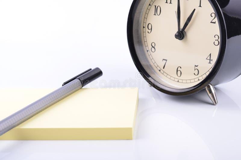 目录备忘录和日程表概念、葡萄酒闹钟、笔和y 免版税库存图片