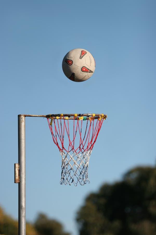 目标少女玩的篮球赛 库存图片