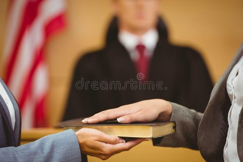 目击发誓在讲的圣经真相 库存图片