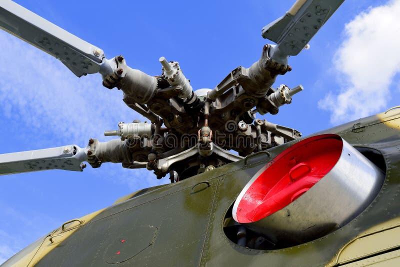 军用直升机动叶片在天空蔚蓝背景的图片