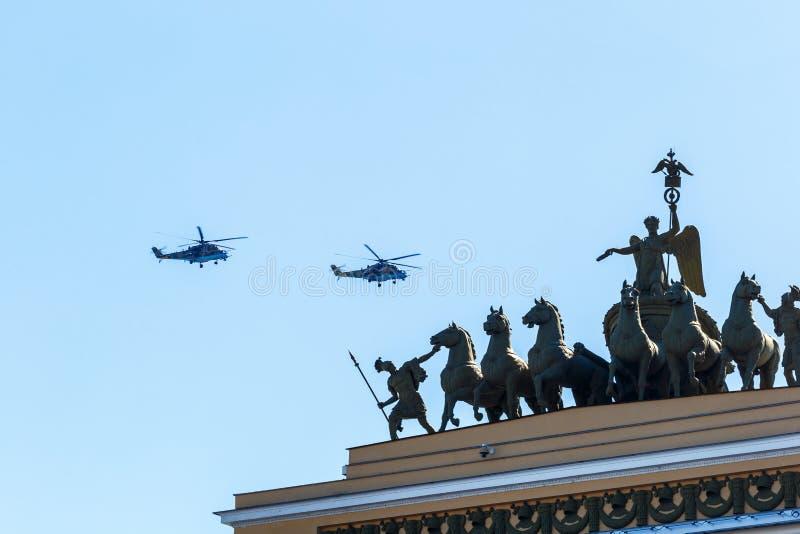 直升机在城市的天空飞行,可以2018年圣彼德堡 库存图片