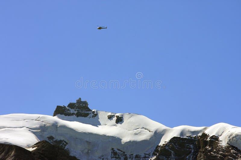 直升机在瑞士的jungfrau山 库存图片