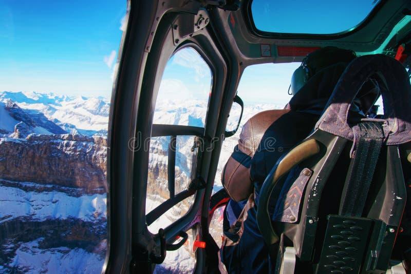 直升机客舱的人在瑞士高山直升机场的 免版税图库摄影