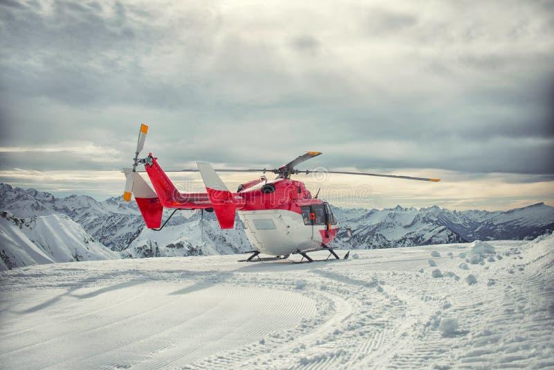 直升机山急救工作在冬天 图库摄影