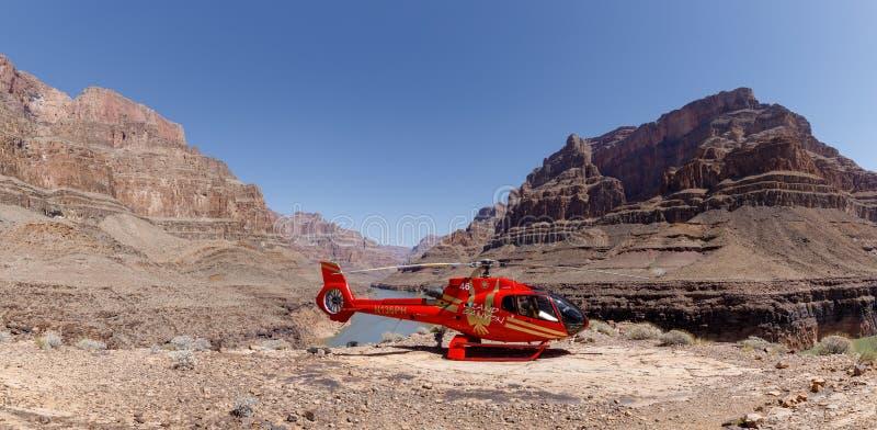 直升机的风景射击在大峡谷的底部附近停放了 免版税库存图片