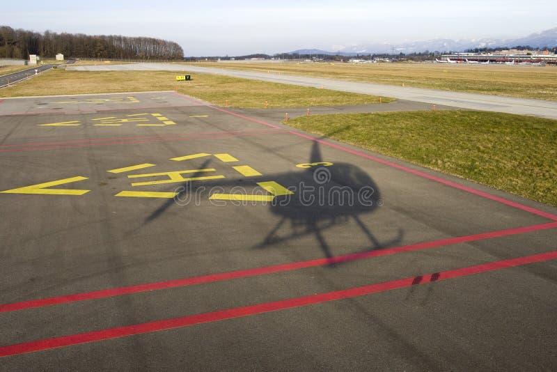 直升机着陆影子 免版税库存图片