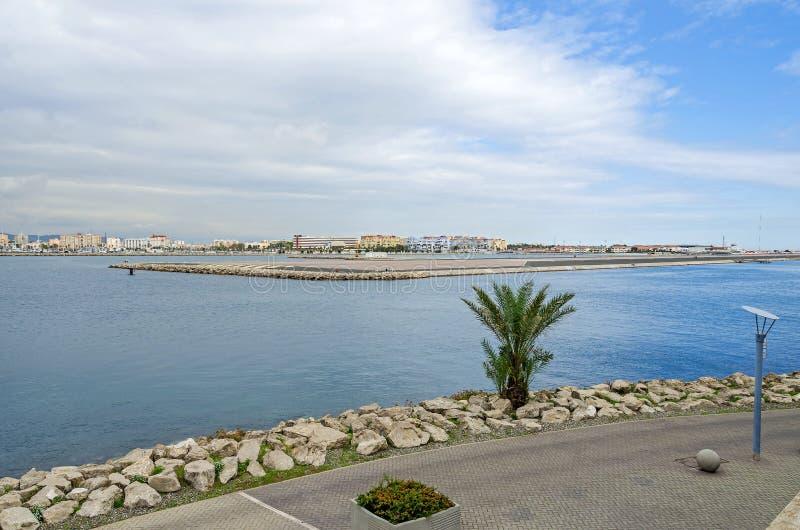 直布罗陀的海湾有它的机场和西班牙海岸的解决的 图库摄影