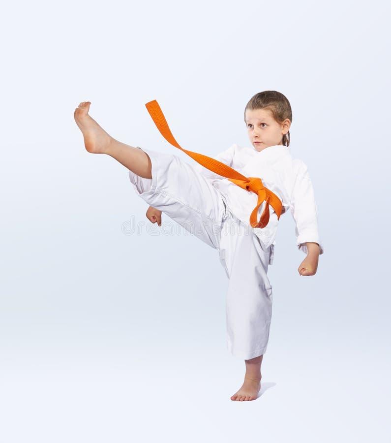 直接的打击腿打karategi的女运动员 库存照片