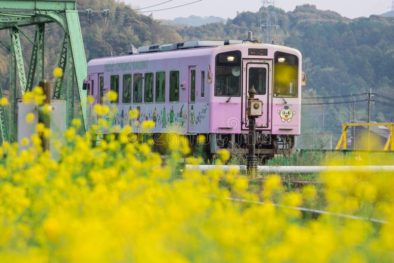 直方市平成Chikuho铁路地方紫色火车在福冈,日本 2019年4月7日采取在直方市市,福冈,日本s的 免版税库存照片