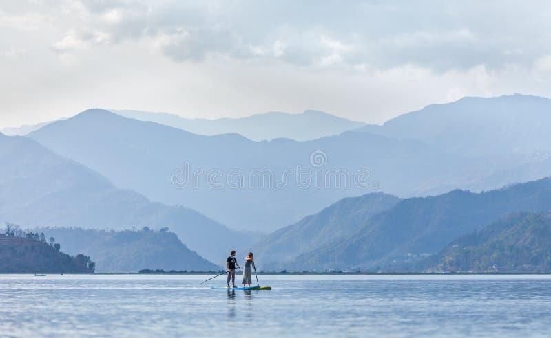 直立paddleboarding在Pheva湖在喜马拉雅山 库存照片
