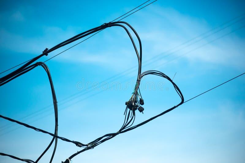 相交连接导线反对天空蔚蓝 免版税库存照片