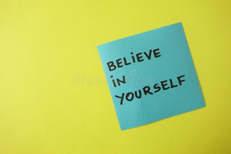 相信在蓝色稠粘的笔记写的你自己,刺激概念 免版税库存图片