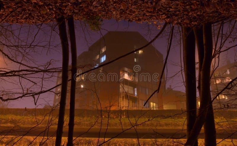相反图象概念,一个现代住房块的反射在河 免版税库存照片