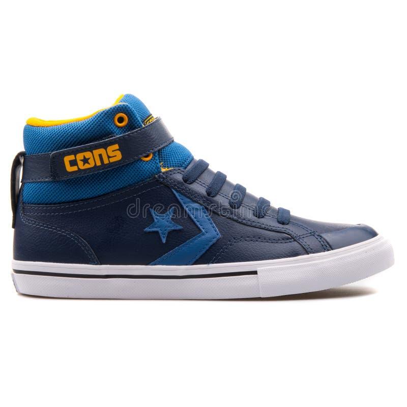 相反的赞成火焰皮带水军蓝色和黄色运动鞋 库存图片