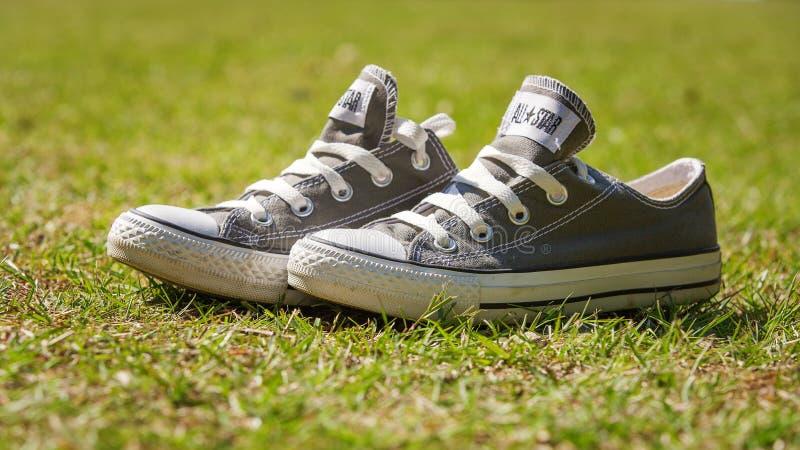 相反的运动鞋 免版税库存图片