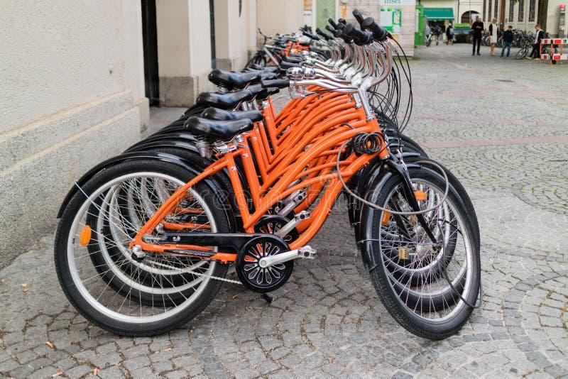 相同橙色自行车行  免版税库存照片