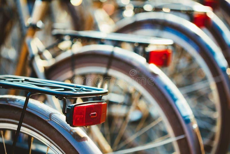 相同自行车行接近的看法租的在城市自行车停车处 图库摄影