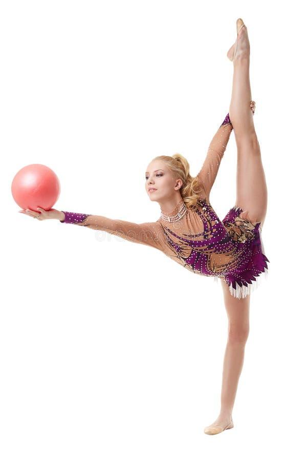 相当与球的白肤金发的体操运动员跳舞 库存图片