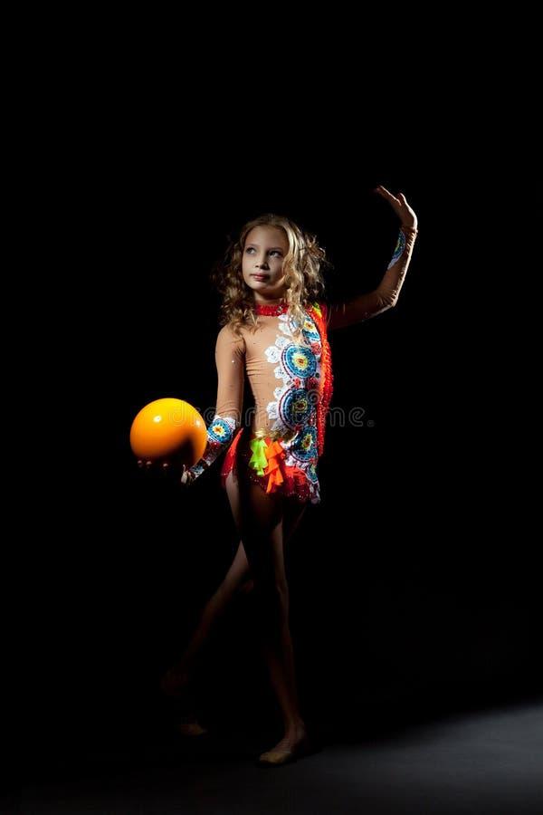 相当与球的艺术性的体操运动员跳舞 免版税库存图片