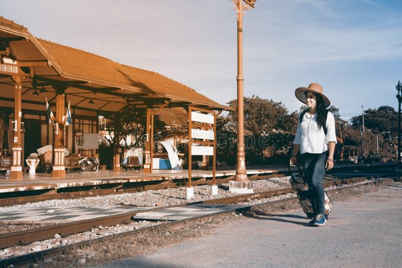 相当亚洲妇女旅客背包徒步旅行者步行和阻力,下落行李 图库摄影