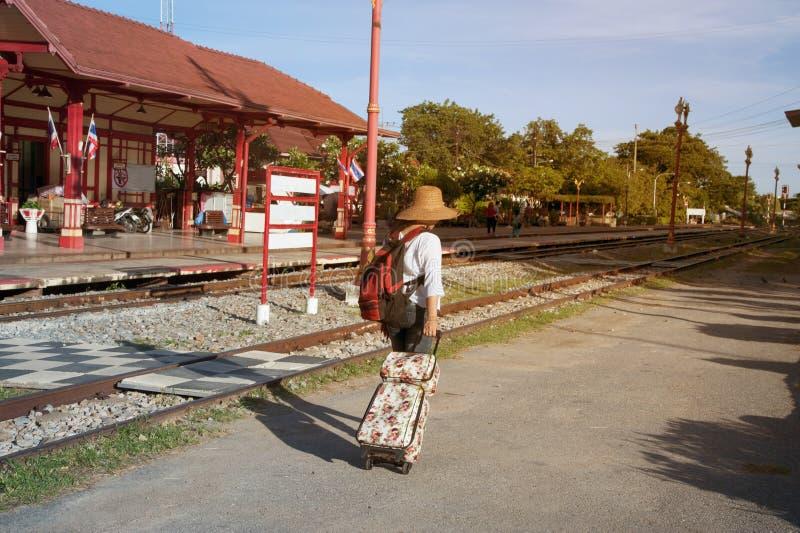 相当亚洲妇女旅客背包徒步旅行者步行和阻力,下落行李 免版税库存照片