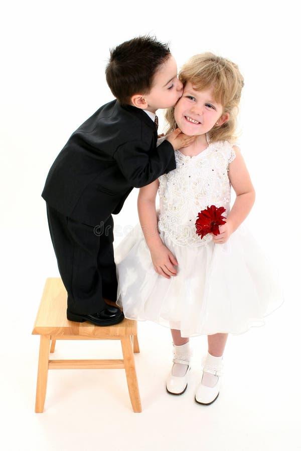 相当产生亲吻的男孩女孩 库存图片
