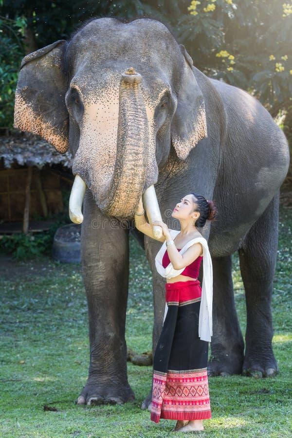 相当传统泰国礼服的亚裔女孩 免版税库存照片